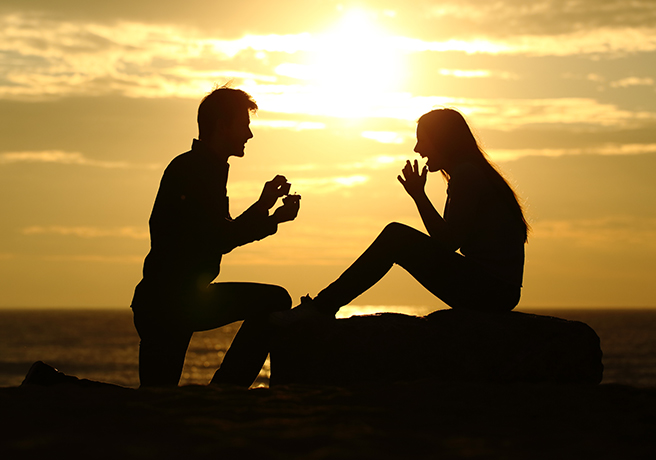 大規模プロポーズをする男性と驚く女性