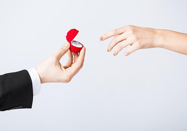 ブーケトス後すぐに!?友人の結婚式中に突然のプロポーズ
