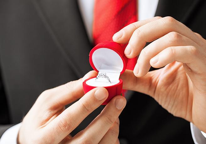 婚約指輪の箱を開ける男性