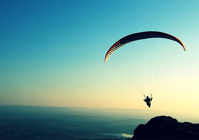 大空を飛びながら愛を誓おう! スカイダイビングでプロポーズ