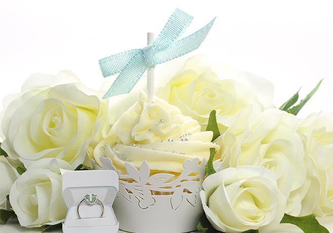 白いバラと婚約指輪