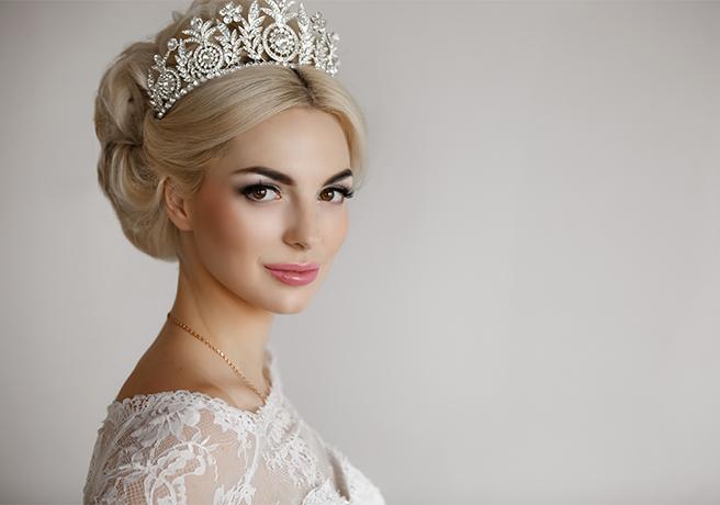 プレ花嫁必見! ウェディングドレスに映えるティアラの種類