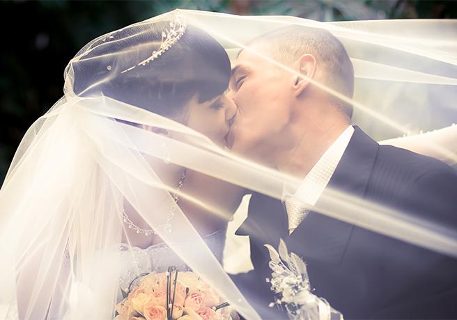 大きな愛と誓いを込めて「誓いのキス」を美しく見せるためのコツ