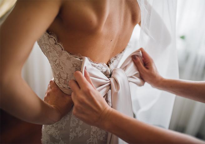 「サッシュベルト×ウェディングドレス」でオシャレな花嫁ルックを