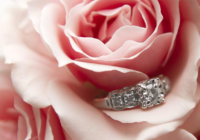 花束の中にキラリと輝く婚約指輪! プロポーズには花束を