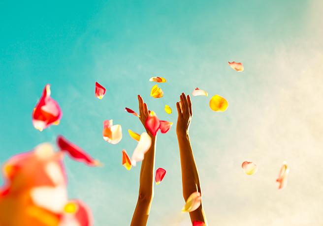 花びらと空へ掲げられる腕