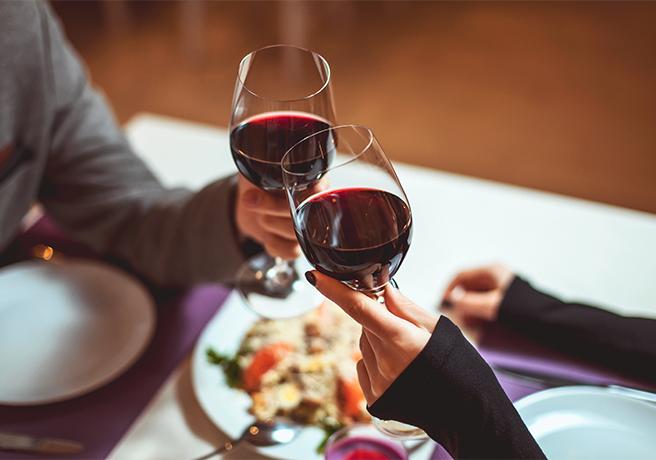 ワインで乾杯する二人