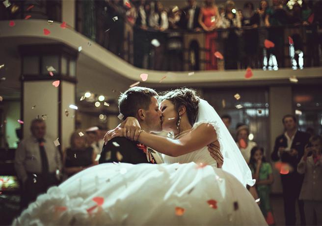 結婚式で大注目の「クロージングキス」その魅力&演出方法
