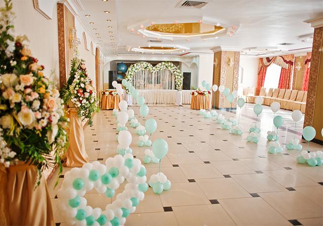 バルーンで装飾された結婚披露宴場