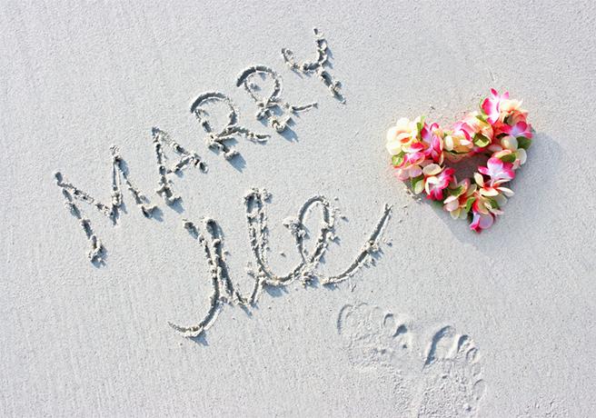 砂浜に書かれたMARRY MEの文字