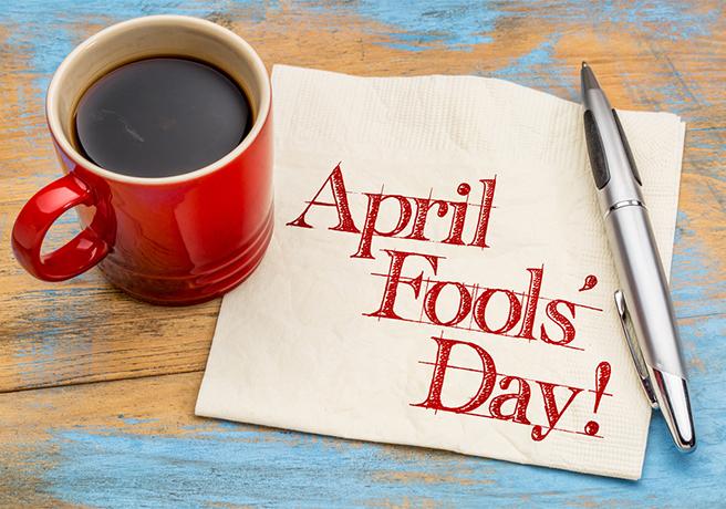 """"""" April Fool's Day! """"と書かれた紙とコーヒー"""