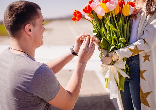 ゴールデンウィークに路上でプロポーズをするカップル