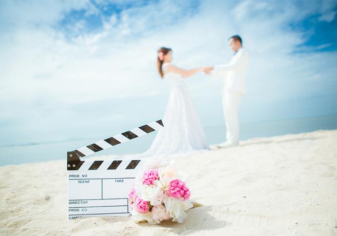 砂浜で結婚式を挙げるカップル