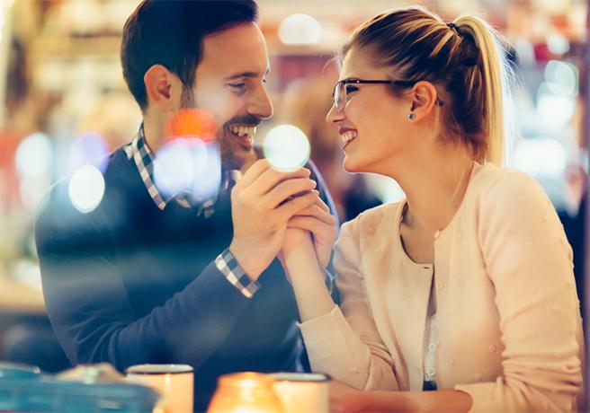 カフェで理想のプロポーズについて聞き出している男性