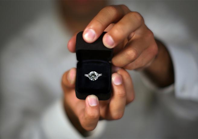 プロポーズで婚約指輪の箱パカをする様子