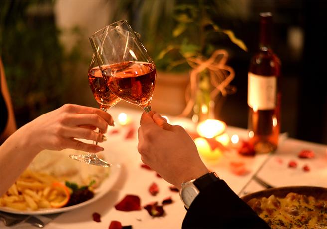 福岡のホテルのレストランでワインを乾杯するカップル