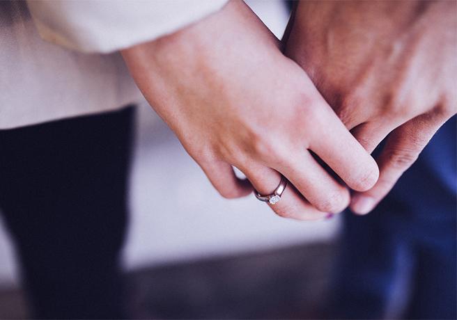 入籍日に手をつなぐ夫婦の手のアップ