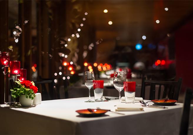 プロポーズ用のディナーのセットアップ