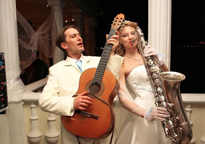 結婚式の余興でバンド演奏をする新郎新婦