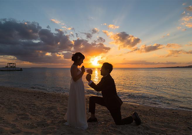 夕暮れの浜辺での海プロポーズ