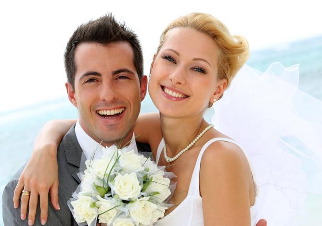 笑顔で結婚写真に写る新郎新婦