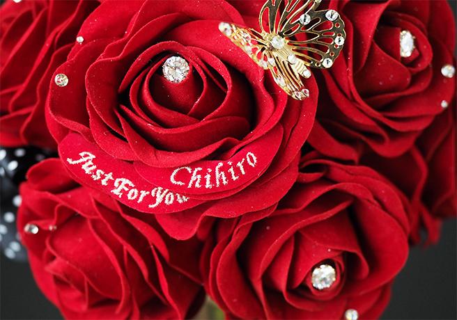 アートフラワーの赤いバラ