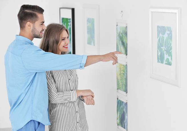 美術館の展示品を鑑賞するカップル