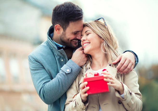 身を寄せる笑顔のカップル