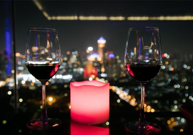 夜景の見えるテーブルに置かれたワイングラス