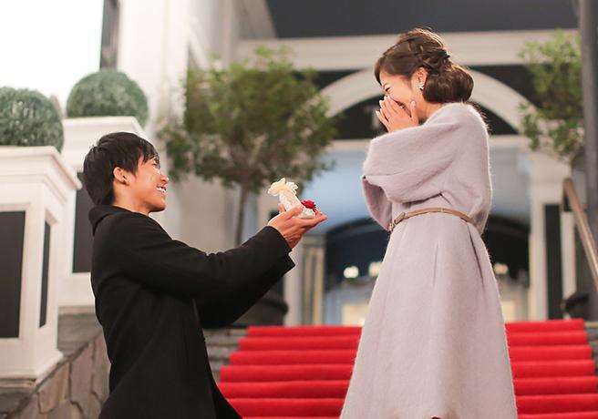 冬にプロポーズする男性と驚く女性