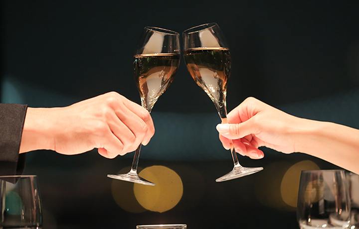 レストランディナーで乾杯するカップル
